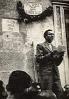 El poeta en el transcurso de una lectura pública