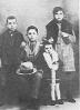 Miguel Hernández con sus hermanos