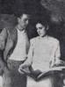 Miguel y Josefina mirando una revista